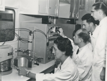 Dr. Traude Bernert, Head of the Austrian Isotope Distribution Centre, explaining the handling of a lead shielded Geiger Müller to Austrian medical officers. November 1958. Please credit IAEA