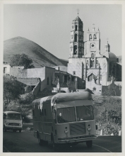 On its way to León as part of a tour of training establishments and universities at the request of the Mexican Government from January to March 1960.  Behind is a vehicle carrying exhibits prepared by the Mexican Nuclear Energy Commission to illustrate radioisotope techniques and applications.  19 February 1960. Please credit UN Photo