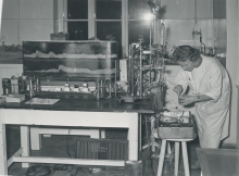 Kymograph measuring tension and motion of rabbit intestine. A strip of intestine is put into the constant temperature bath, the specimen being connected by a lever system to a stylus which records its motions on a moving blackened paper.  29 November 1958. Please credit IAEA