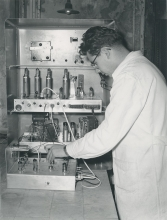 Instrument for measuring radioactivity at very low intensities. An automatic camera photographs the readings every hour.  29 November 1958. Please credit IAEA