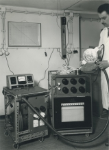 """A calorimetric system for absolute determination of radiation dose in terms of """"rad"""". The instrument,constructed from tissue equivalent muscle material,can measure doses in radiation beams of Co60 kilocurie sources, betatrons, linear accelerators, etc., with radiation energies in the range of 0.5 MeV up to 50 MeV.  April 1964.  Please credit IAEA/Egert"""