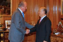 King Juan Carlos of Spain greets IAEA Director General Yukiya Amano at the Zarzuela Palace, Madrid Spain, 29 June 2010. (Photo: Spanish Mission)