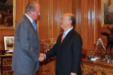 King Juan Carlos of Spain greets IAEA Director General Yukiya Amano at the Zarzuela Palace, Madrid, Spain, 29 June 2010. (Photo: Spanish Mission)