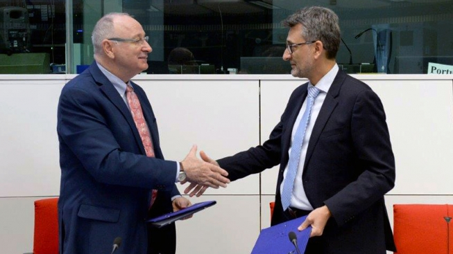 Aldo Malavasi, IAEA Deputy Director General for Nuclear Sciences and Applications and Vladimir Sucha, Director General of the Joint Research Centre of the European Commission, signed practical arrangements