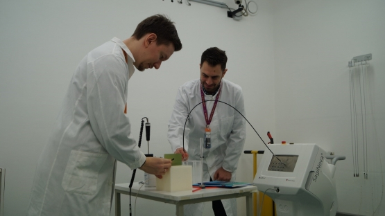 Medical physicists performing a dosimetry audit on an HDR brachytherapy unit (DOL, Seibersdorf)